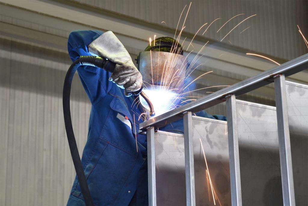 Schweißer arbeitet im Stahlbau